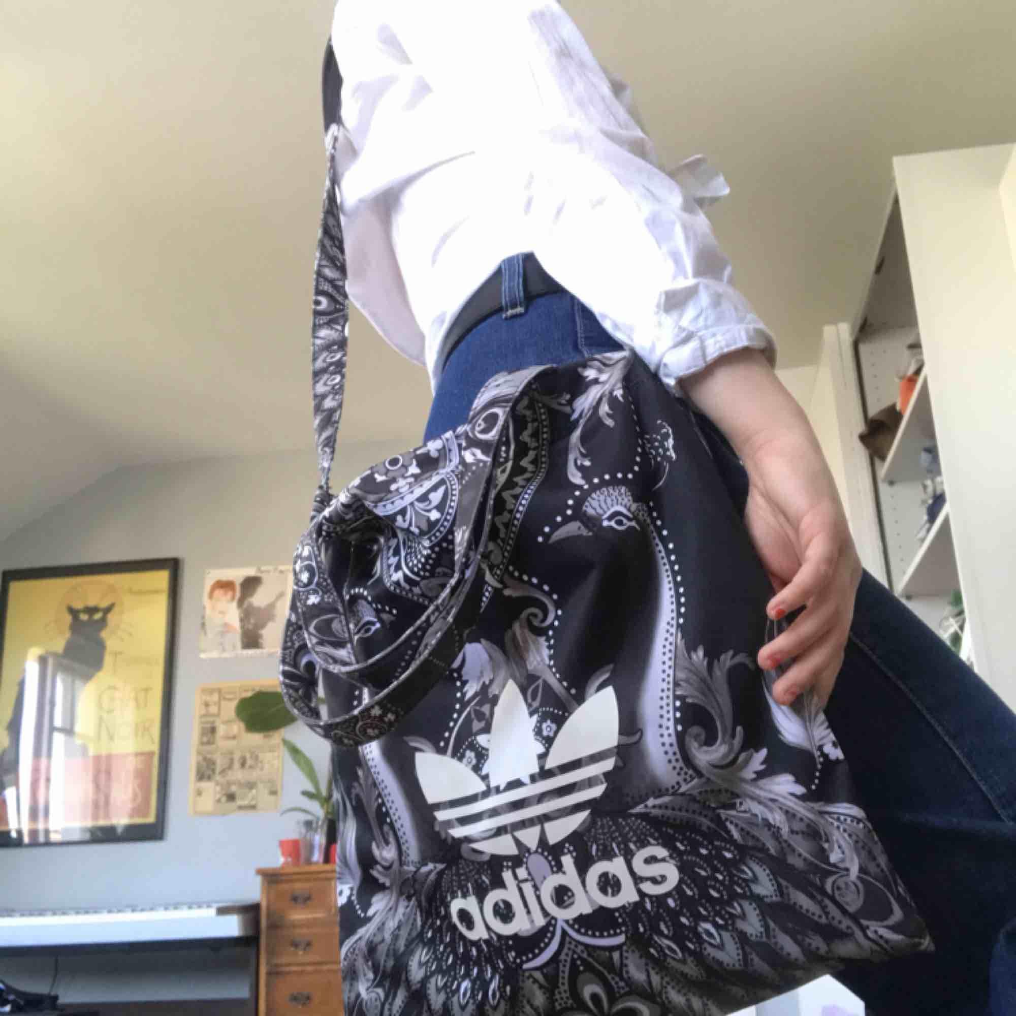 Skitball Adidas tygkasse som tyvärr aldrig kommit till användning. Orginalpriset var 300kr. Både korta och långa remmar! Oanvänd och i nyskick. Priset kan diskuteras skriv till mig! . Väskor.