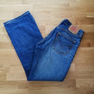 Vintage Levi's jeans stl 29/32. Rak modell med hög midja och knappgylf. Frakt 63 kr.