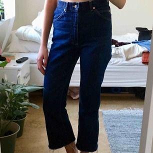 Mörkblåa jeans från Lee, avklippta längst ner