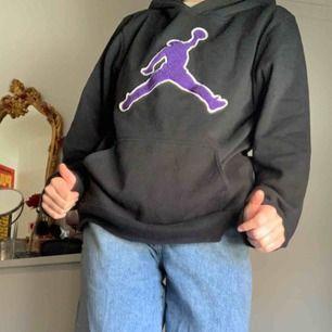 Jordan hoodie köpt på beyond retro , använd men i fint skick väldigt mjuk fortfarande ! Står 13-15 år men skulle säga S