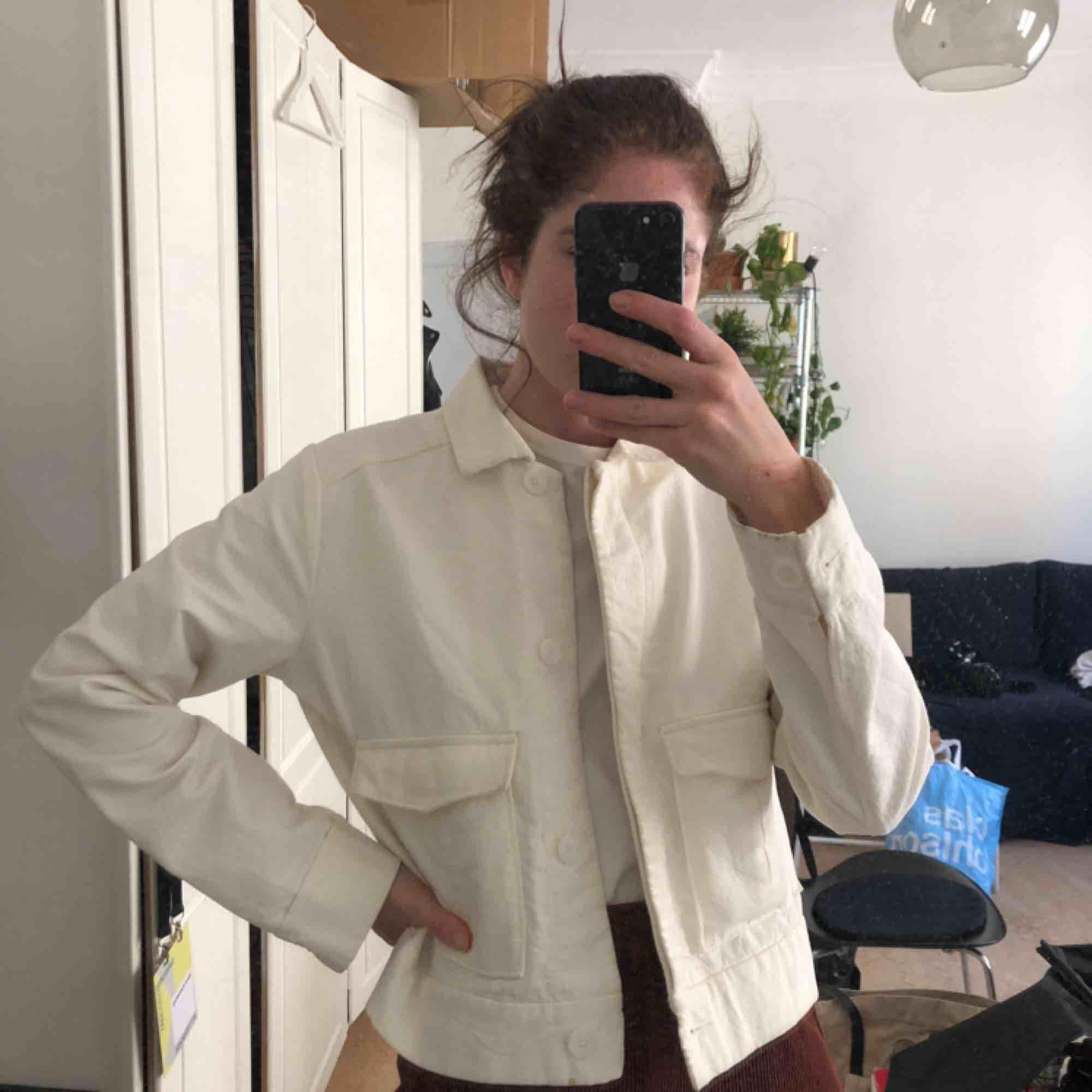 Hej! Jag säljer min vita workwear-jacka. Så himla fin men den kommer aldrig till användning:( kan hämtas i gamla stan eller fraktas för 55kr! 🌸 42 så funkar oversize på mig som är S! En liten fläck längst ner som går bort i tvätt! . Jackor.
