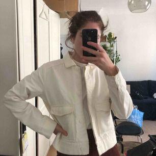 Hej! Jag säljer min vita workwear-jacka. Så himla fin men den kommer aldrig till användning:( kan hämtas i gamla stan eller fraktas för 55kr! 🌸 42 så funkar oversize på mig som är S! En liten fläck längst ner som går bort i tvätt!