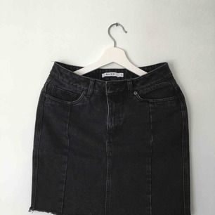 Svart/grå jeans kjol från nakd används typ 4 ggr. Frakt 50:- kööööp🖤
