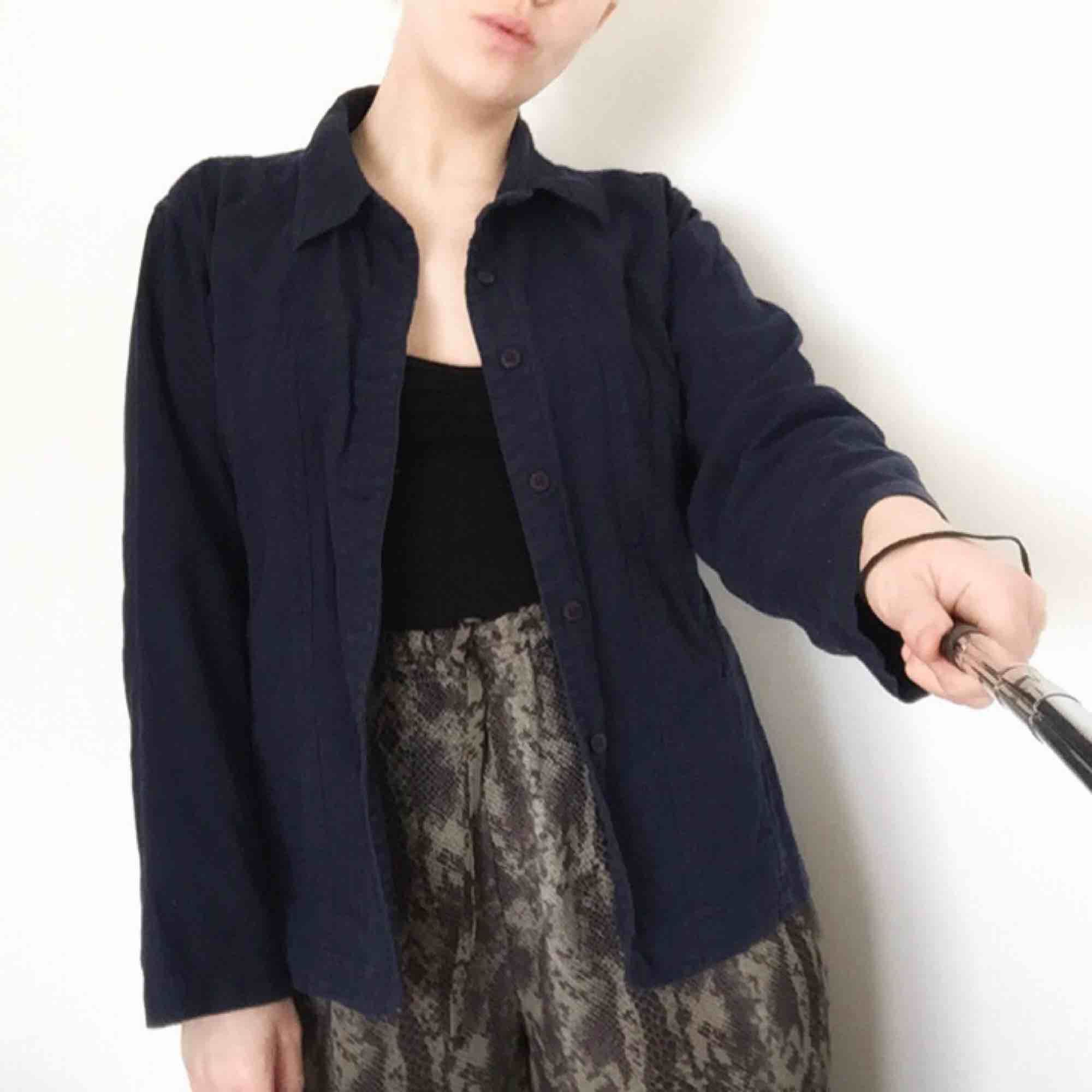 Marinblå workwear jacka, storleksmärkt L men skulle säga att det är en M. Frakt 80 eller möts upp i Stockholm.. Jackor.