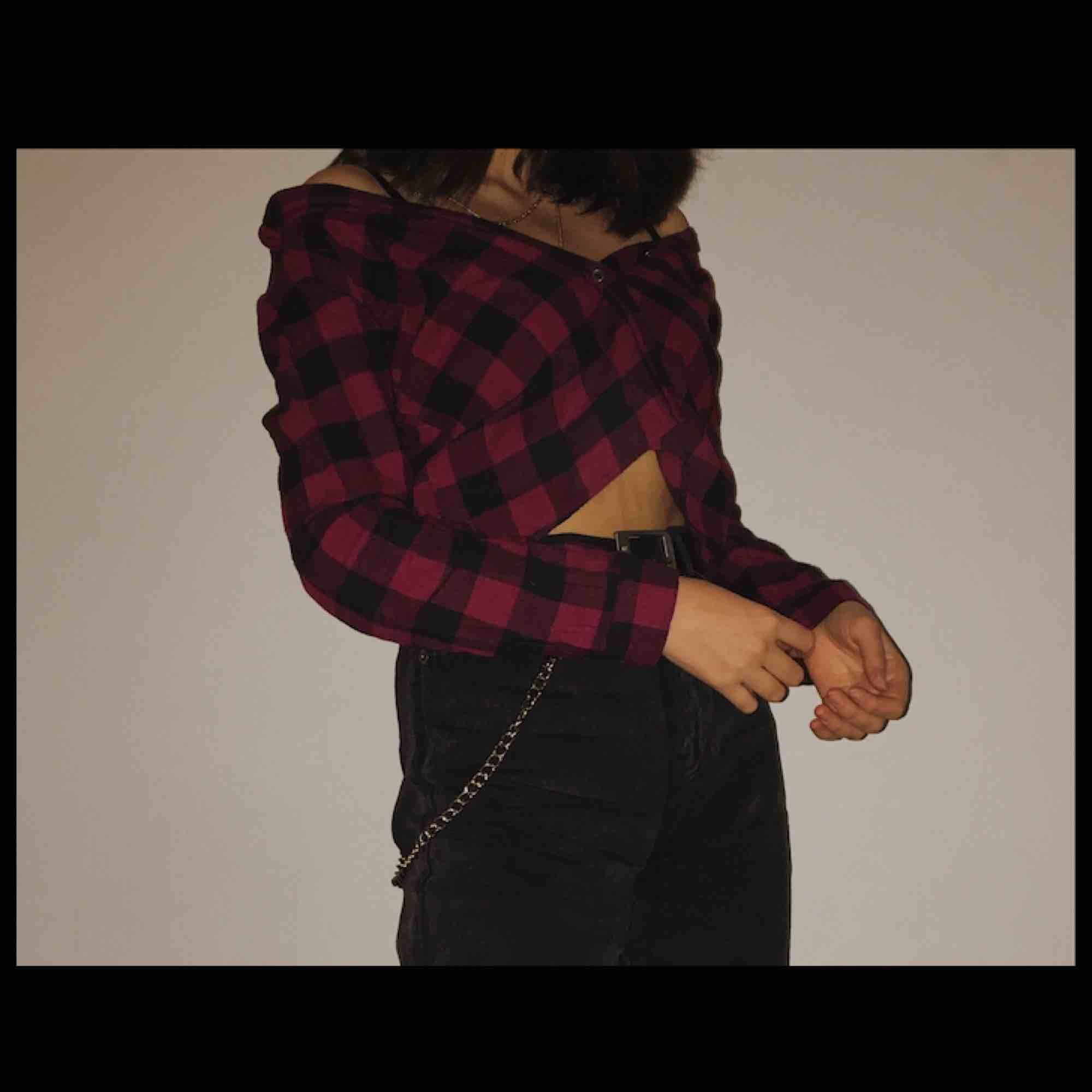 skitsnygg skjorta som tyvärr är lite för liten för mig :/ står 152 på den men passar nog xs! frakt är redan inräknat!. Skjortor.