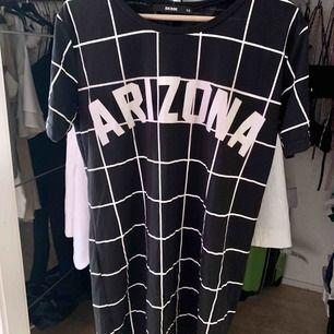 Svart/vit klänning med Arizona tryck. Endast använd en gång och sen har den bara varit i garderoben så den är i väldigt bra skick. I priset ingår även frakt!
