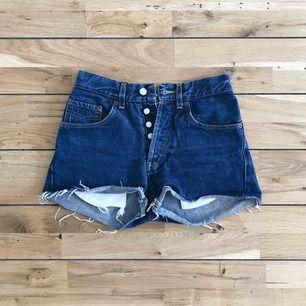 Snygga och somriga jeansshorts som tyvärr inte kommer till användning, borde passa bra på den som vanligtvis har XS/S i shorts!