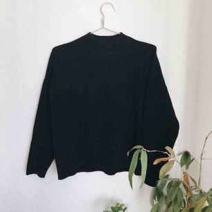 Mysig tröja med mellanhög krage, perfekt basplagg! Storlek M men har krympt lite i tvätten så passar nog XS-S bättre✨ frakt ingår i priset