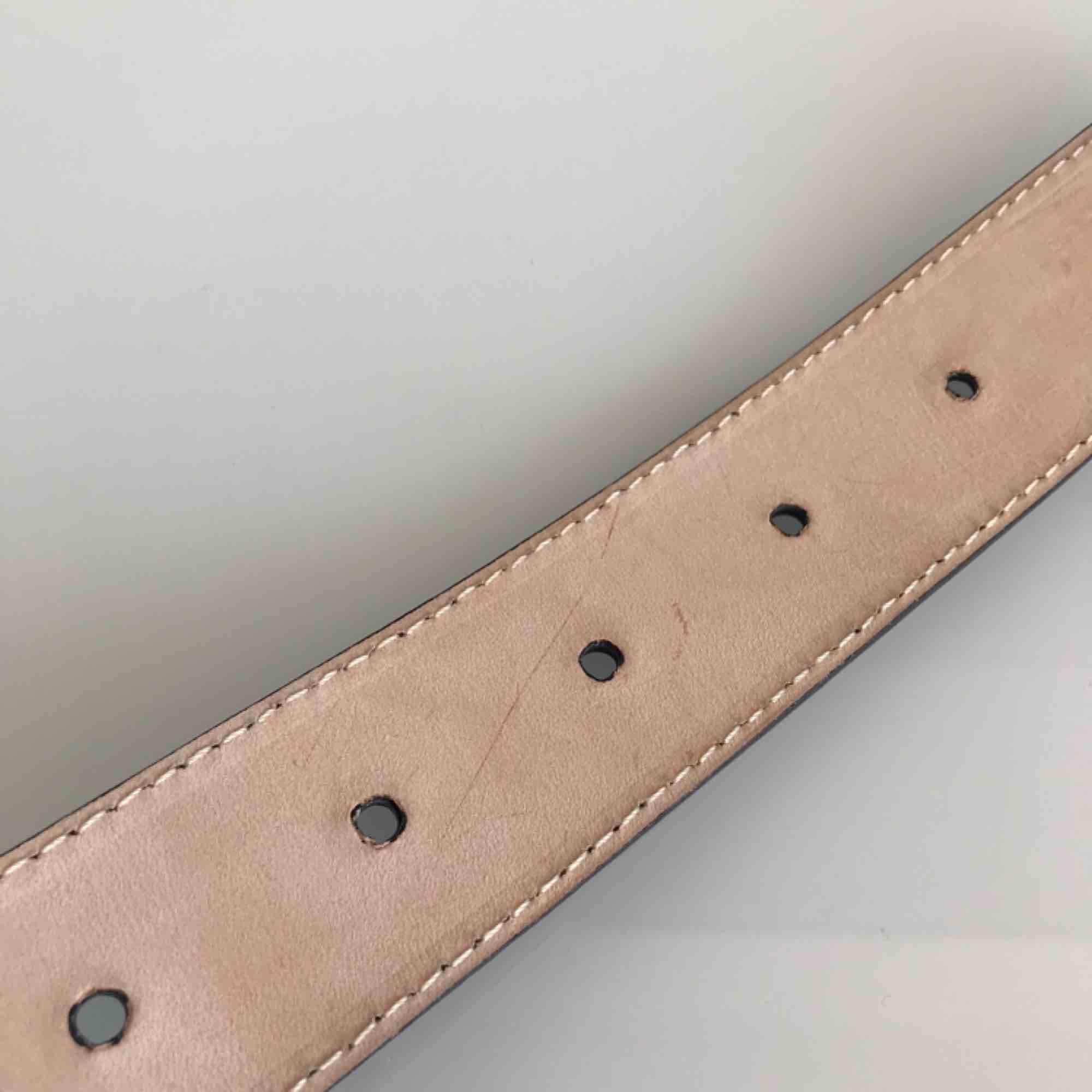 Svart skärp från Arket (nypris 500kr) i äkta läder, använt en gång! Litet märke från nagellack på insidan, se bild 3, men inget som syns när det används. Frakt ingår i priset✨. Accessoarer.