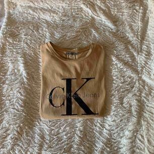 En snygg beige Calvin Klein t-shirt som jag använt som oversized tröja