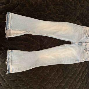 Snygga flare/bootcut jeans ifrån mango, köpt för ungefär 3 månader sen men aldrig använda då dem ej passade😊frakt ingår ej