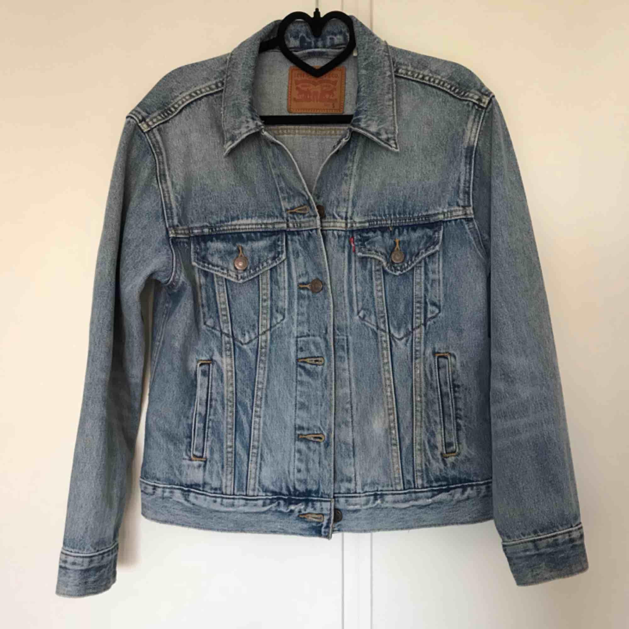 Levis jeansjacka. Som ny, har använt den max 3-4ggr. Nypris för 1100kr. . Jackor.