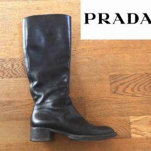 Boots från Prada. Använda men i mycket gott skick! I äkta, svart läder. Kan skicka fler bilder vid intresse. +Frakt 80kr