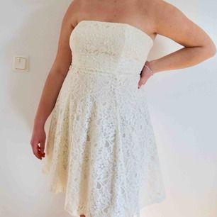 Jättefin spets elfenbensvit klänning från MQ!! Säljer pga blivit för liten🌸 perfekt till studenten eller skolavslutningen!!