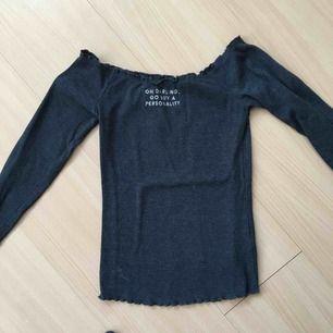 Snygg t-shirt som har bara använts en gång, passar bra på våren och på sommaren