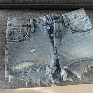 Skitsnygga 501 Levi's shorts, perfekta nu till våren 😍 säljer pga fel storlek, men de är i nyskick!!