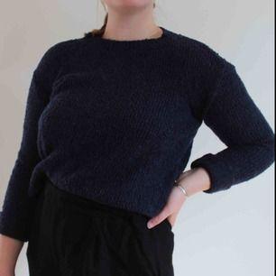 Navyblå strikket sweater fra HM, passer også til en størrelse S!