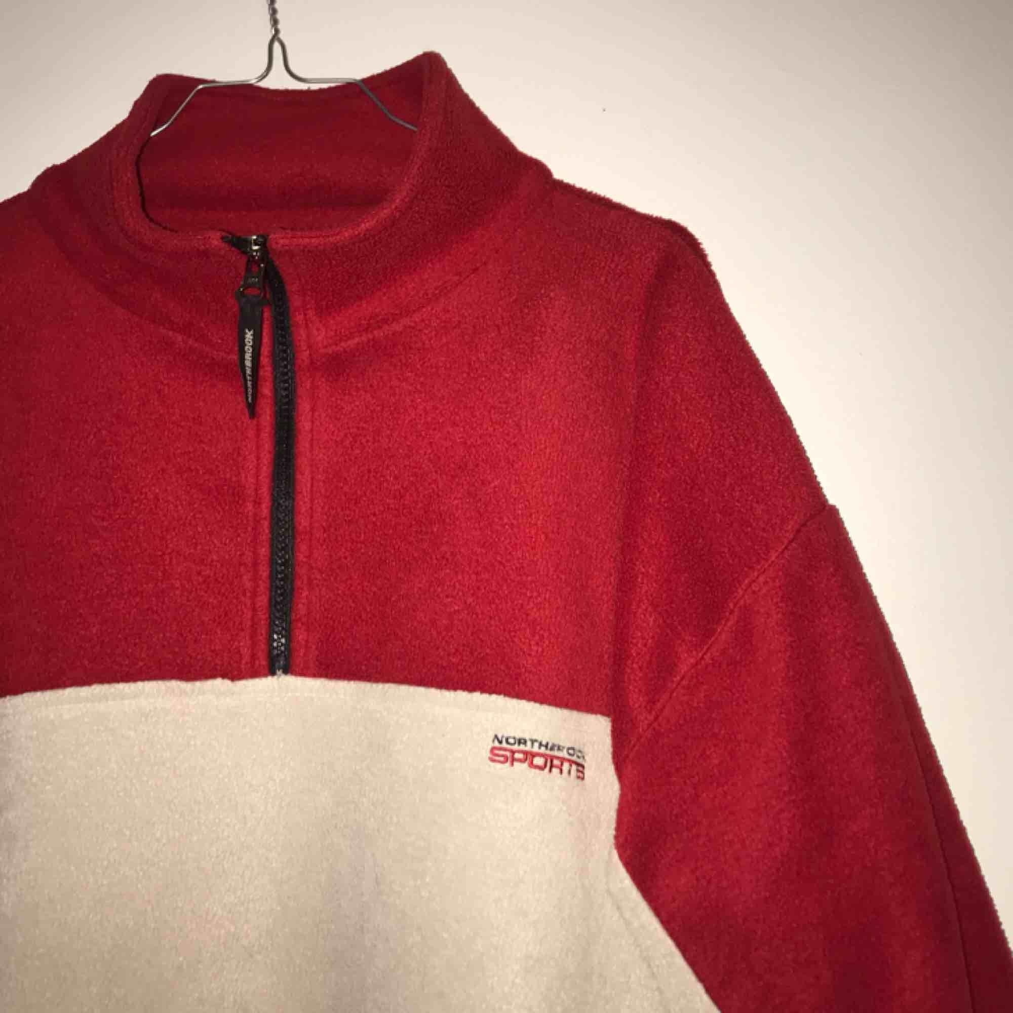 ⚠️KÖP INNAN 4:DE JULI⚠️EFTER DET POSTAR JAG INTE FÖRRÄNS 25:E JULI⚠️ REA‼️ NEDSATT TILL 99kr 😍 Skitsnygg ♻️vintage♻️ fleece i en röd och off-white färg❤️💛 Den här är perfekt till en sommarkväll 😍 54kr frakt 📨. Huvtröjor & Träningströjor.