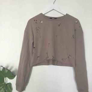 Tunn croppad tröja från bikbok! Luftig så går lätt att ha på sommaren ☀️ säljer då den inte kommer till användning, använd ett fåtal gånger  Kan mötas upp i Norrköping, säg till för fler bilder eller vid frågor! ✨