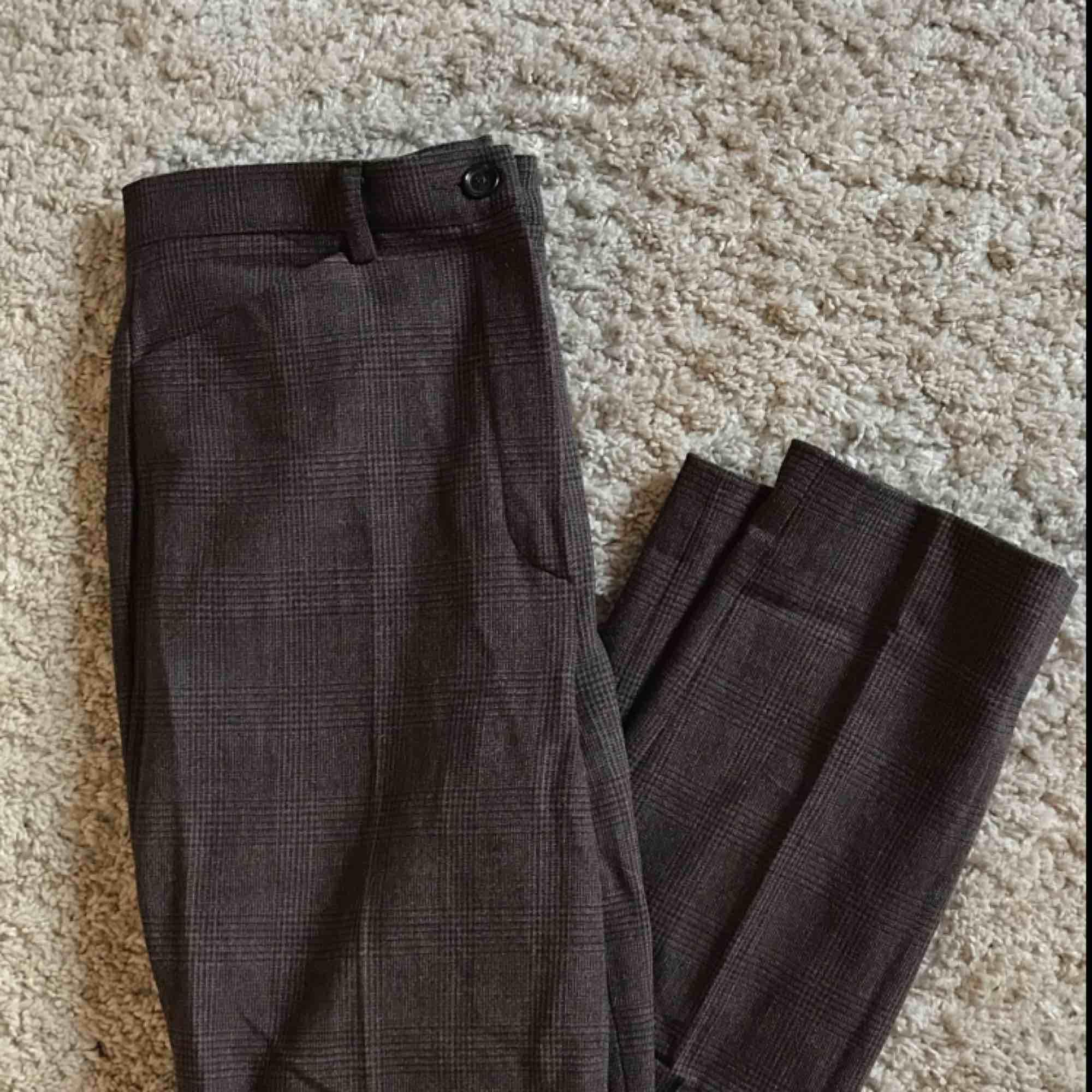 Supersnygga och sköna kostymbyxor från ASOS! Knappt använda, men kan garantera att de är otroligt sköna och passar till det mesta🥰☀️. Jeans & Byxor.