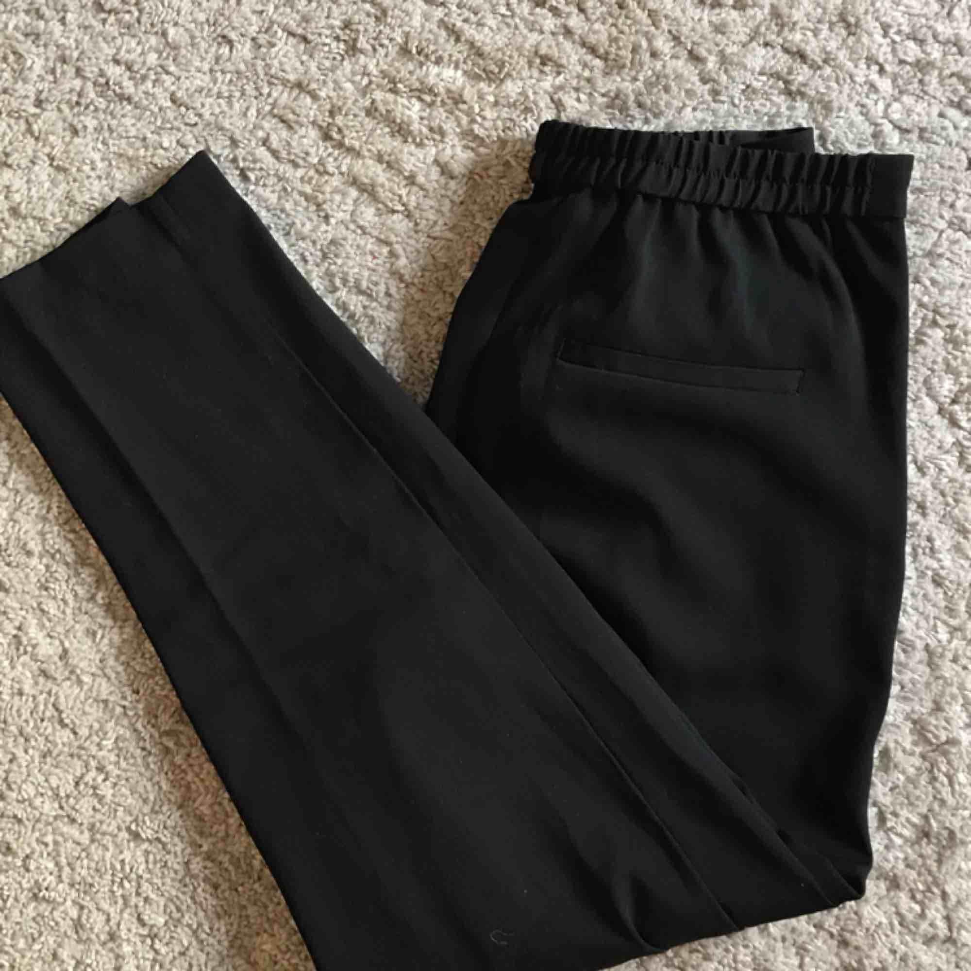 Fräscha och knappt använda kostymbyxor från monki! Tar swish (köparen står för frakten) 🌻😍. Kostymer.