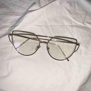 Guldiga glasögon utan styrka! Priset ingår frakt. Helt oanvända..