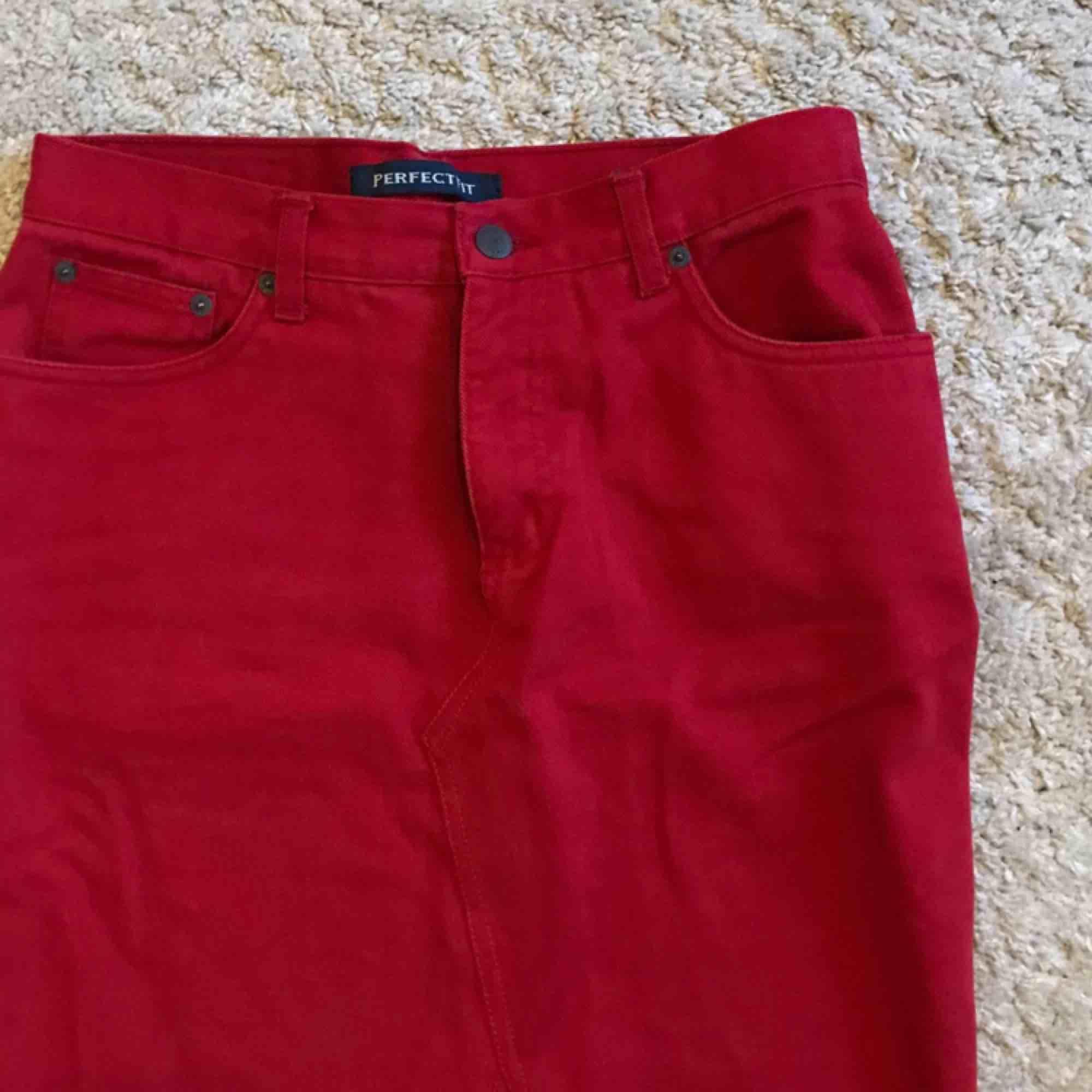 Snygg röd jeanskjol, som endast användes en gång!  Tar swish (köparen står för frakten)🤩🌻. Kjolar.