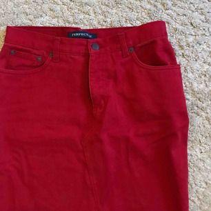 Snygg röd jeanskjol, som endast användes en gång!  Tar swish (köparen står för frakten)🤩🌻
