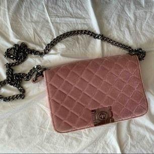 Liten söt handväska med silvrig kedja! Aldrig använd