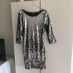 Super fin silvrig klänning med öppen rygg💕. Aldrig använd. Säljer p.g.a att den är för stor för mig. Köparen står för frakt💕