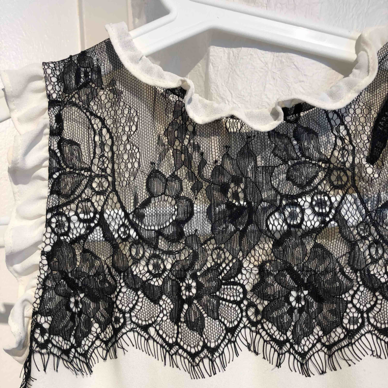 Super fin blus med svart spets från Zara. Använd max 2 gånger! . Blusar.