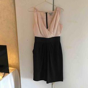 Elegant klänning med fickor. Säljer p.g.a att den aldrig kom till användning. Köparen står för frakt💕