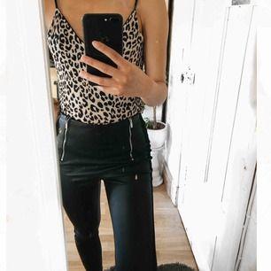 Zara skinnbyxor, på sidorna är det mocka som ni kan se på bilden. På vänster sidan är det en kedja som fungerar perfekt❤️