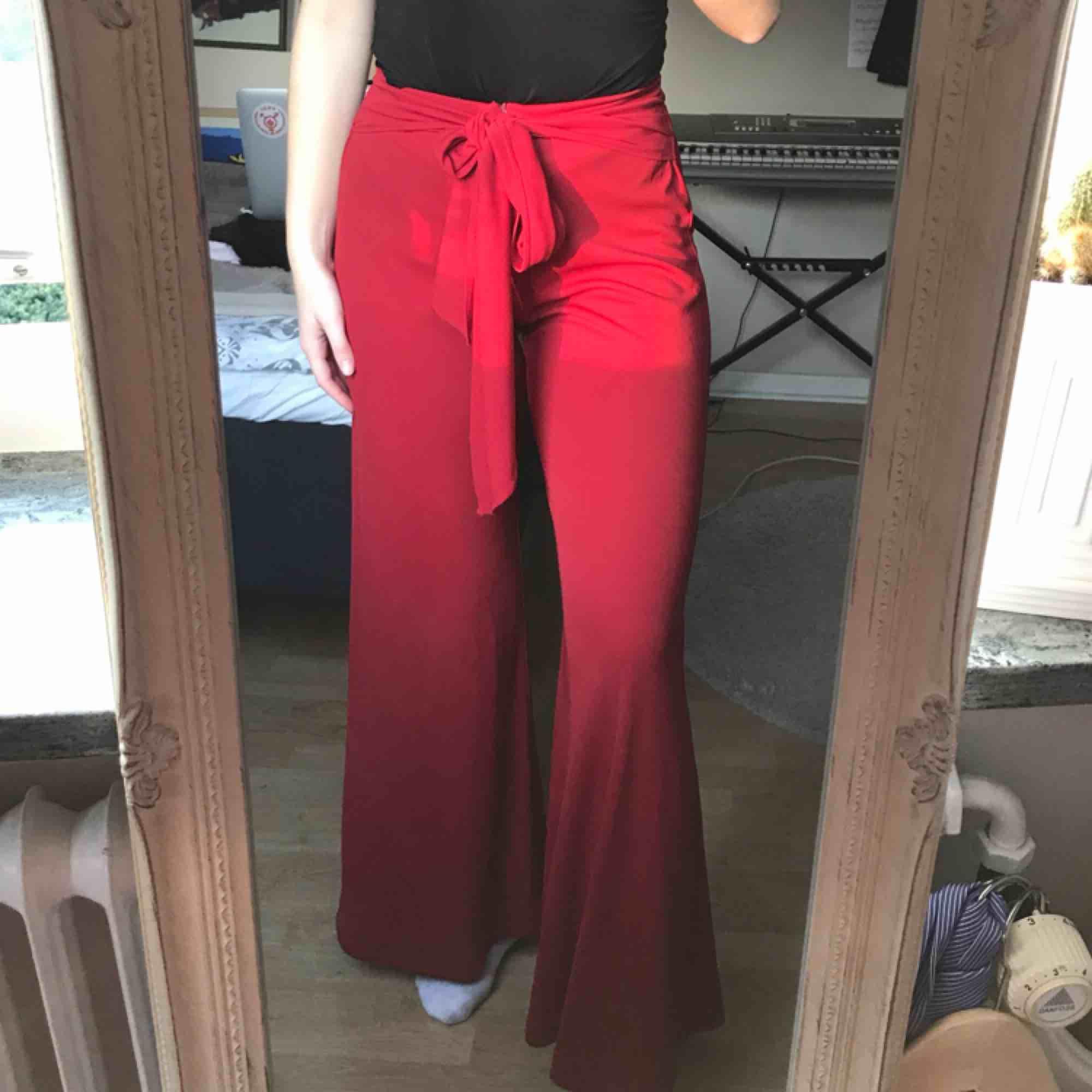 Snygga röda byxor!!!❤️❤️ Tar swish (köparen betalar frakt) 🌹🌺. Jeans & Byxor.