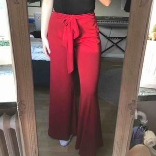 Snygga röda byxor!!!❤️❤️ Tar swish (köparen betalar frakt) 🌹🌺