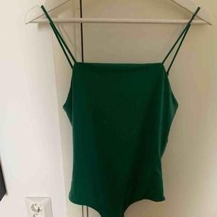 Snyggt linne/body i grönt. Från bikbok.