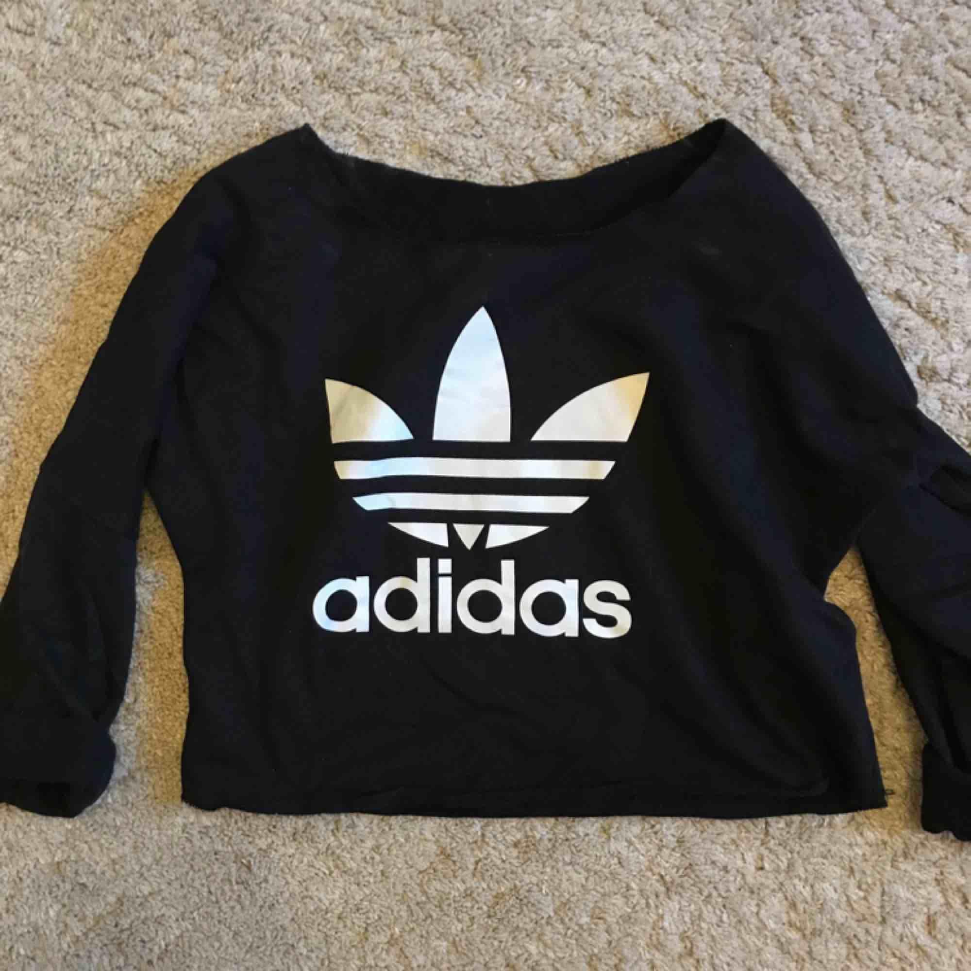 Cropped tjocktröja från Adidas! . Huvtröjor & Träningströjor.