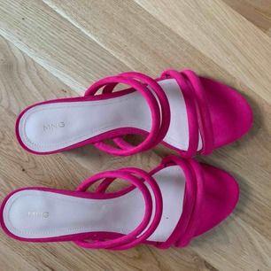 Coola skor i rosa från mango. Liten klack.