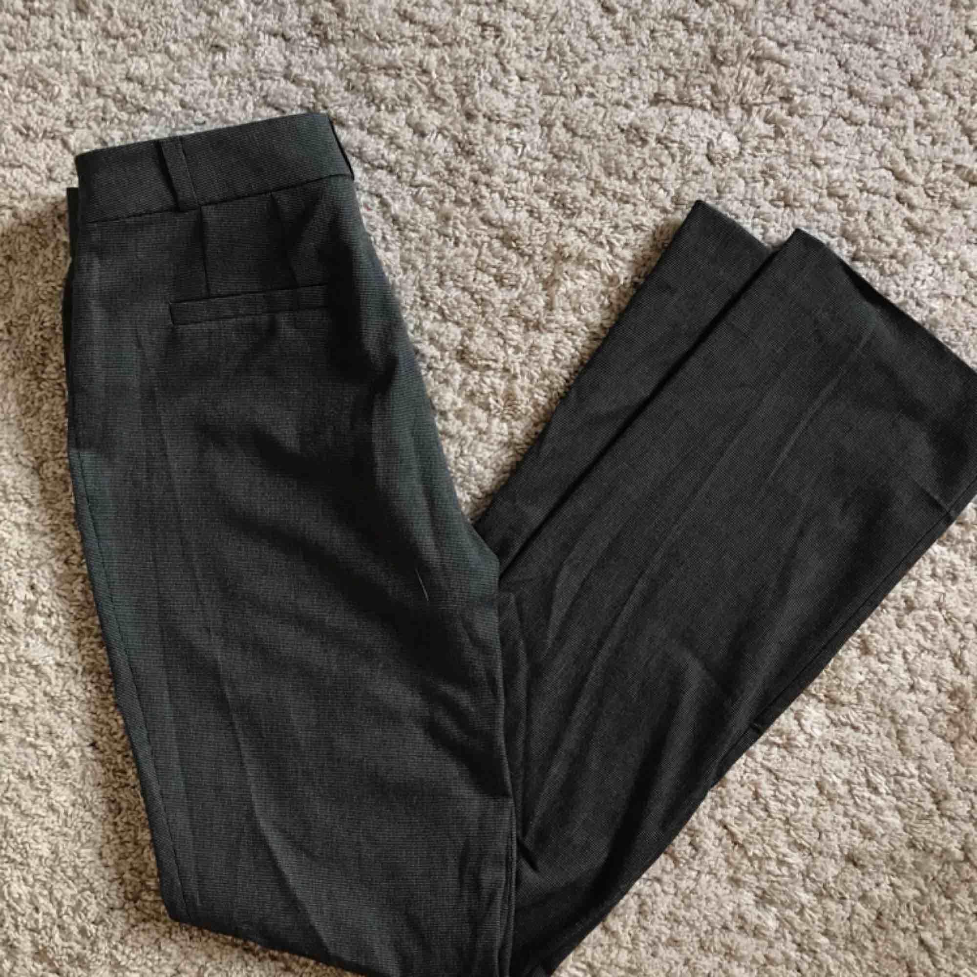 Stilrena kostymbyxor från Nelly.com!🌺🌼 Säljs på grund av att de är lite för små, och har därför knappt används! . Jeans & Byxor.