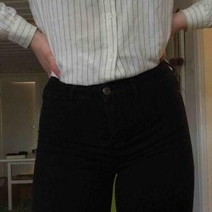 Ginas populära Molly-jeans i storlek S, nästan oanvända, inte alls urtvättade och tighta hela vägen 🤩 Köparen står för frakten