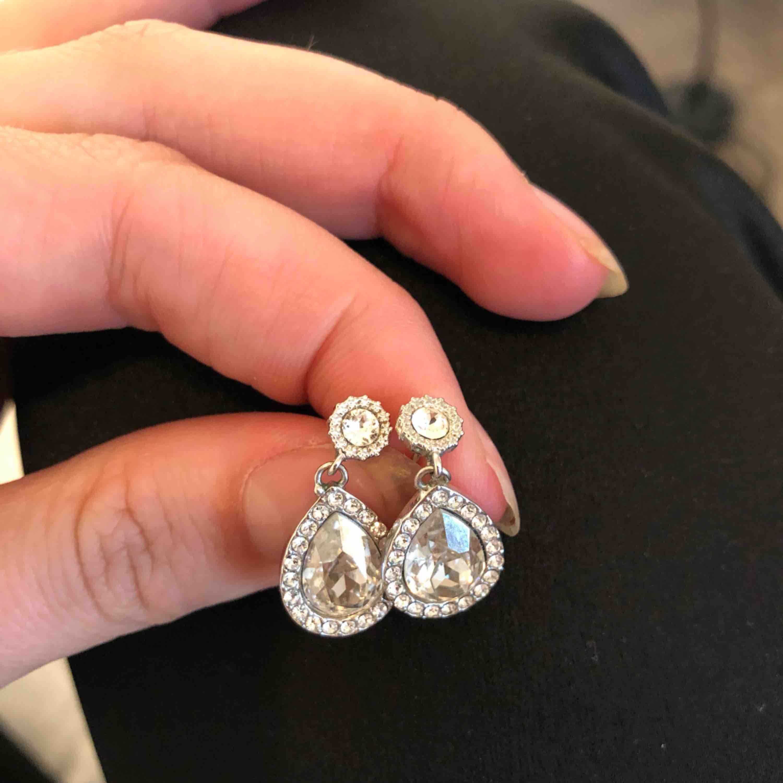 Jätte fina Lilly and rose örghängen i modellen MISS AMY EARRINGS – CRYSTAL. Nypris- 395kr! Säljer pga att det ej kommer i användning, har nu mera guld smycken:/. Accessoarer.