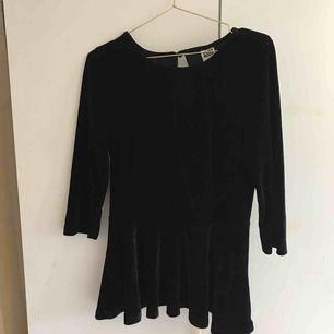 Fin svart tröja av sammet. Storlek S men passar mera som M. Säljer p.g.a att den är för stor. Köparen står för frakt💕