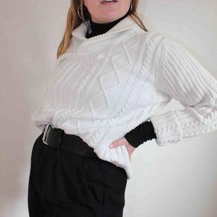 Härlig vit stickad tröja, perfekt till sena sommarkvällar😍