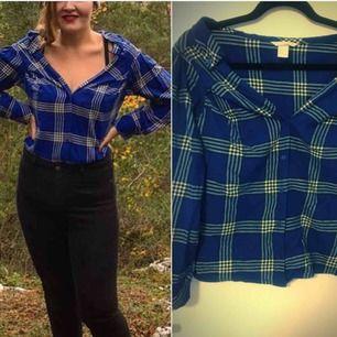 Blårutig skjorta från 𝘏&𝘔. Halvt offshoulder, och kortare variant.  Använd endast ett fåtal gånger då den på mig är trång över bysten (Har D-kupa). Storlek 36.