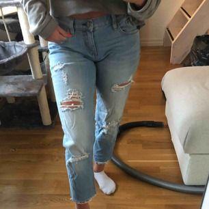 """Ett par supercoola jeans från Crocker! Modellen """"yay!boyfriend"""" och midja 26, längd 30. Slitningar lite överallt bland annat på bakfickorna och slutet av byxorna. Flera hål också, fett nice till sommarn. Frakt tillkommer !"""