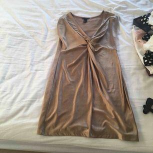 Glasig guldfärgad klänning från hm