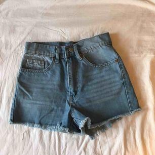 Ljusa jeansshorts som blivit för små för mig! :( Ev. frakt tillkommer, annars möts jag upp i Stockholm! 🌸