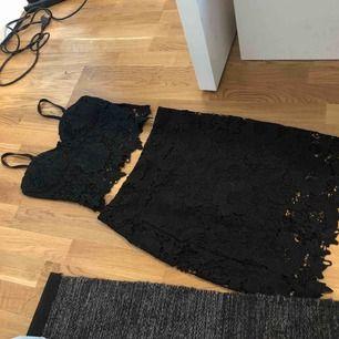 Från Nelly, fint skick med dragkedja på kjolen och toppen