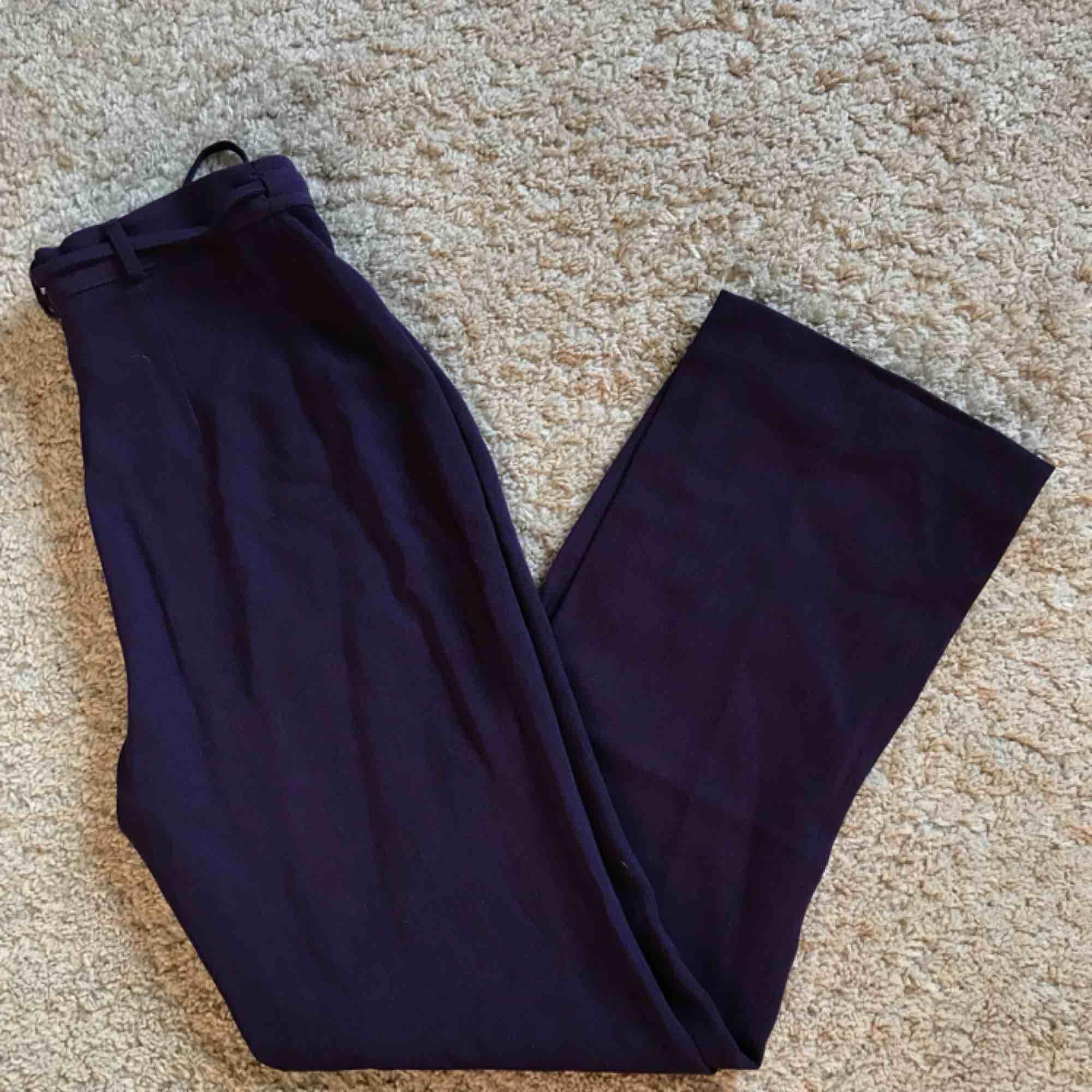 Coola lila byxor!!!!💜💜💜 Säljs då de är för små för mig:(. Jeans & Byxor.
