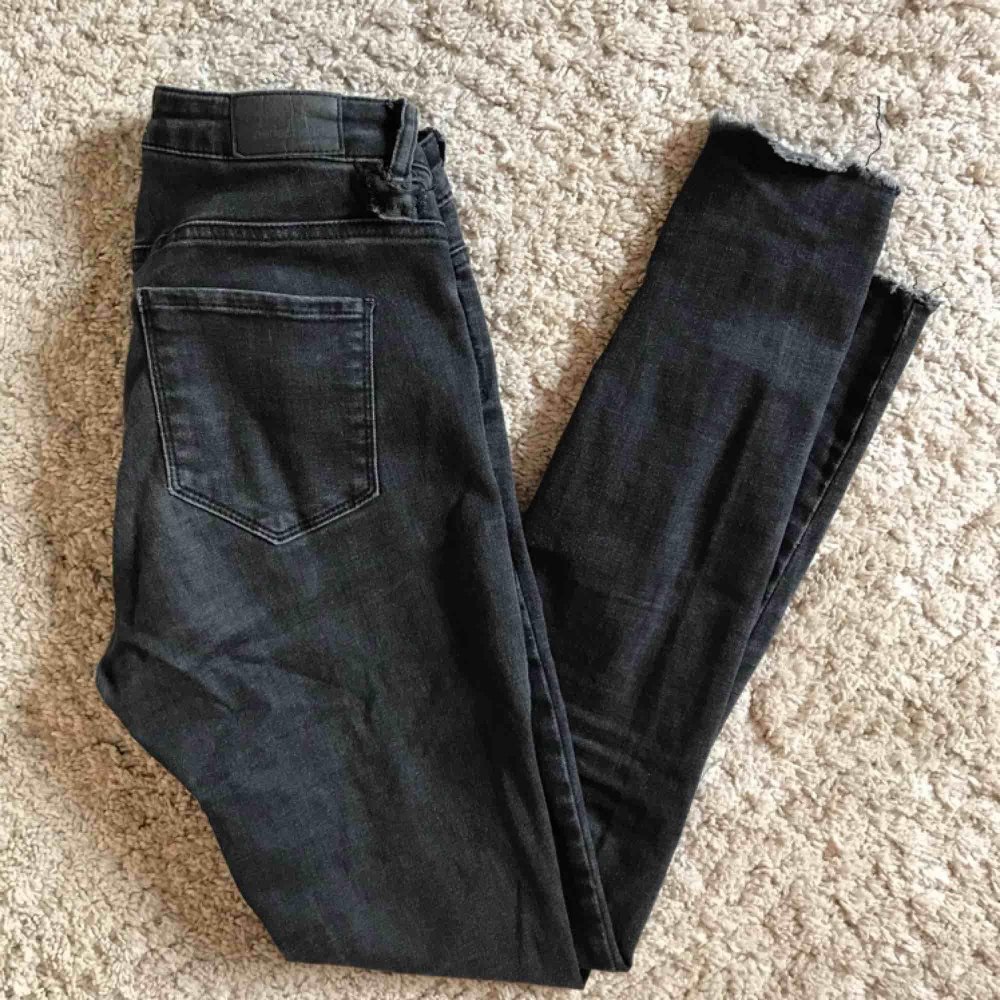 Snygga och bekväma jeans som passar till det mesta! Köpta på Gina Tricot och säljs nu då det inte passar min nuvarande stil 🌻. Jeans & Byxor.